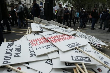 Des milliers de policiers qui n'étaient pas en service ont marché à travers la... (Photo: AP)