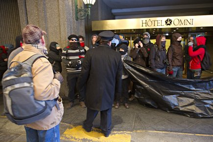 Des manifestants se sont arrêtés en face de... (Photo: Patrick Sanfaçon, La Presse)