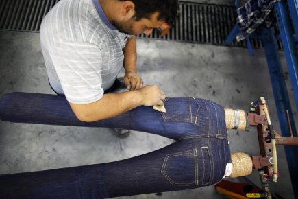 Produire un seul jeans traditionnel requiert près de... (Photo: Reuters)