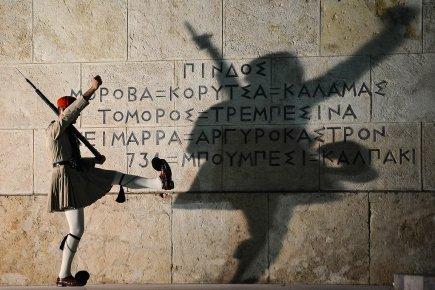 Sur la photo, un garde devant le parlement... (Photo: AFP)
