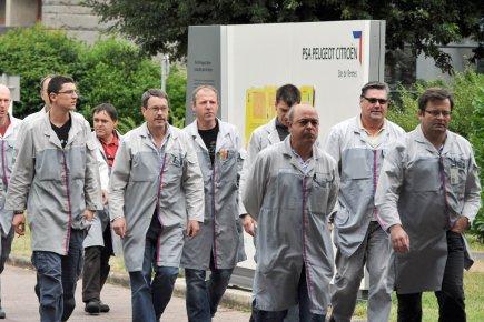 Des travailleurs de PSA Peugeot Citroën à Rennes,... (Photo AFP)