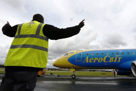 Un appareil Embraer 190 à Farnborough.... (Photo Reuters)