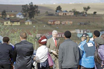 L'ex-président américain Bill Clinton a visité mardi le... (PHOTO SCHALK VAN ZUYDAM, AP)