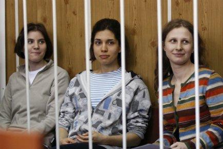 Trois jeunes femmes membres du groupe russe Pussy... (PHOTO REUTERS)