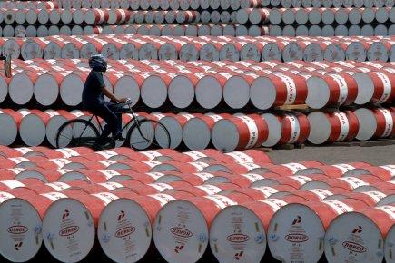 Les cours du pétrole ont fini en baisse lundi à New York, dans un marché peu... (PHOTO ARCHIVES AFP)