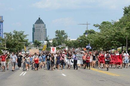 Plusieurs centaines de personnes ont convergé dimanche après-midi... (Photo Le Soleil, Patrice Laroche)