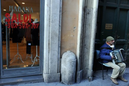 Un musicien de rue à Rome.... (PHOTO GABRIEL BOUYS, ARCHIVES AFP)
