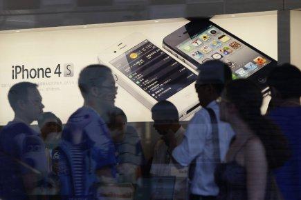 Des consommateurs au magasin Apple de Pékin. La... (PHOTO ARCHIVES REUTERS)