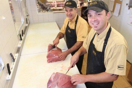 Serge Cusson (à l'arrière-plan), copropriétaire de la boucherie... (Photo Stéphane Champagne, collaboration spéciale)