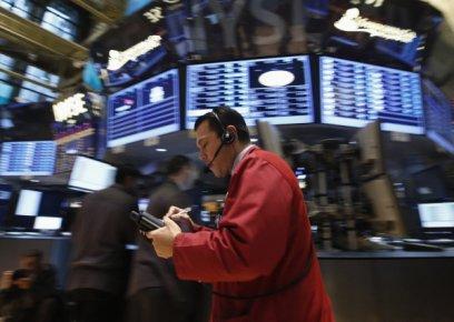 Wall Street et Bay Street vascillaient à la mi-séance vendredi après un début...