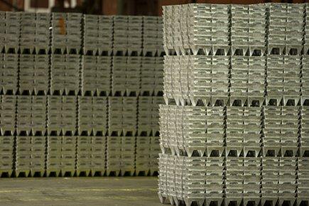 Des milliers de lingots argentés s'empilent dans une section d'une usine de... (Photo François Roy, La Presse)