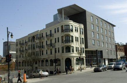 L'hôtel de 136 chambres, situé au coin de... (PHOTO ARMAND TROTTIER, LA PRESSE)
