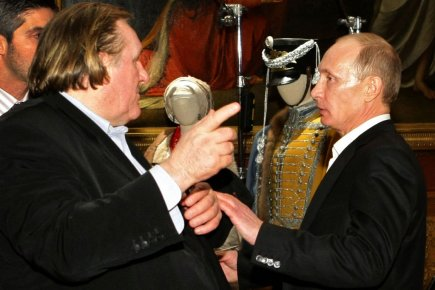 L'acteur français Gérard Depardieu en discussion avec Vladimir... (Photo archives Agence France-Presse)