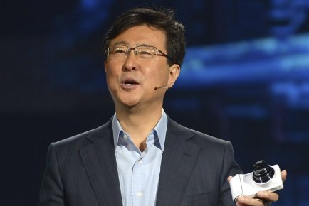 Stephen Woo, de Samsung, au Consumer Electronic Show.... (PHOTO JOE KLAMAR, AFP)