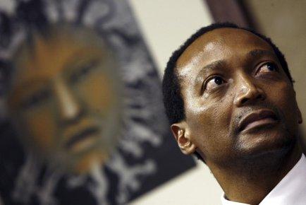Né à Soweto, Patrice Motsepe, 51 ans, contrôle... (Photo AFP)
