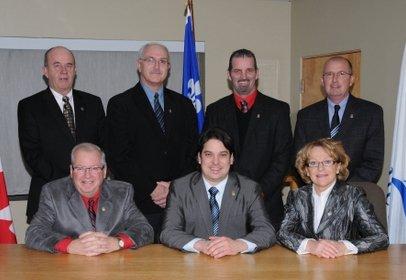 Le maire de Gaspé, François Roussy (au centre)....