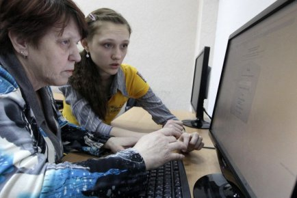 A pensioner listens to a young instructor during... (PHOTO ILYA NAYMUSHIN, REUTERS)