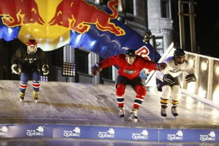 Bien que les compagnies de boissons énergisantes disent ne pas cibler les jeunes, ÉmilieDansereau-Trahan de l'ASPQcroit au contraire que leurs stratégies marketing s'adressent à eux et leur font miroiter un mode de vie aventureux, en s'associant à des sports extrêmes et en leur attribuant des propriétés d'invincibilité. Sur notre photo, le Red Bull Crashed Ice de Québec.
