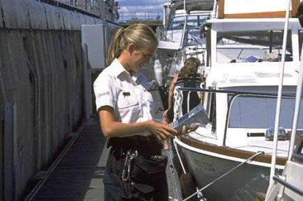 Parmi ses tâches, la maître-éclusière Véronique Archambault doit... (Photo fournie par Parcs Canada)