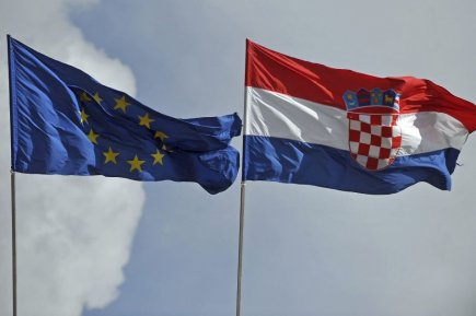 Le drapeau de l'Union Européenne et de la... (PHOTO ANDREJ ISAKOVIC, AFP)