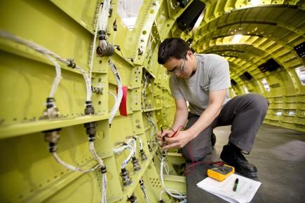 Les entreprises en aéronautique, notamment, investissent davantage que... (PHOTO ALAIN ROBERGE, ARCHIVES LA PRESSE)