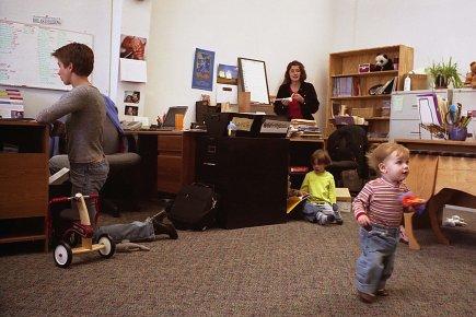 Plusieurs parents aimeraient bien pouvoir travailler de la... (PHOTO LAURENT GUERIN, MOTHERING MAGAZINE)