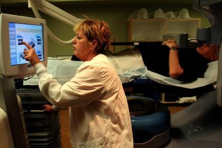 Un homme subit un test de dépistage du... (Photo Paul O'Neill, AP)