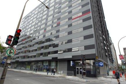 Un immeuble à condos situé au-dessus du métro... (Photo Alain Roberge, La Presse)