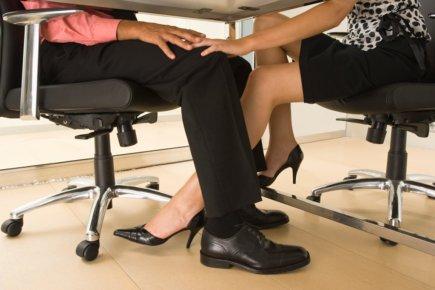 Женские ножки под столом фото 20682 фотография