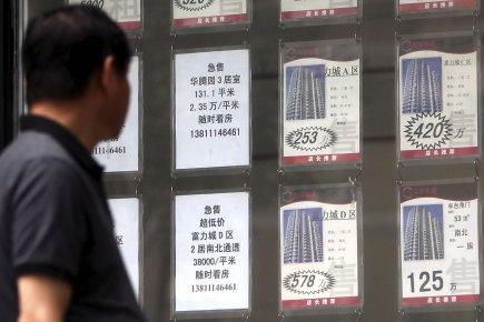 Un homme lit les annonces d'une agence immobilière.... (Photo Franko Lee, archives AFP)