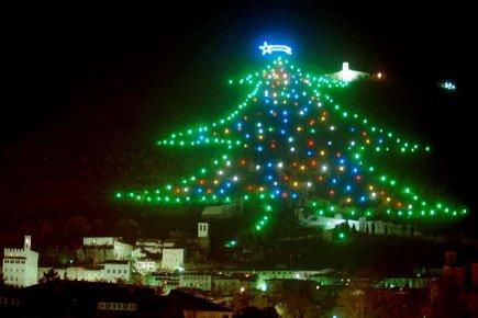 Gubbio allume le plus grand arbre de no l du monde europe - Le plus beau sapin de noel ...