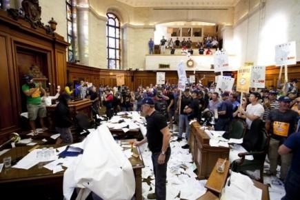 Les syndiqués des villes, y compris Saguenay, manifestent leur colère contre la... (archives photo la presse)