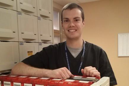 Pier-Olivier Chouinard, 23 ans, est assistant technique en pharmacie à l'hôpital de Notre-Dame-du-Lac depuis 2012.