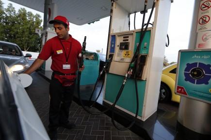 Un travailleur dans une station d'essence remplit le réservoir d'une voiture à Dubaï, cette semaine.