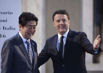 Le premier ministre japonais Shinzo Abe et son homologue italien Matteo Renzi.