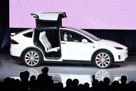 Tesla produit maintenant deux modèles, le S et le X (ci-dessus), auxquels s'ajoutera un modèle plus économique, le 3.