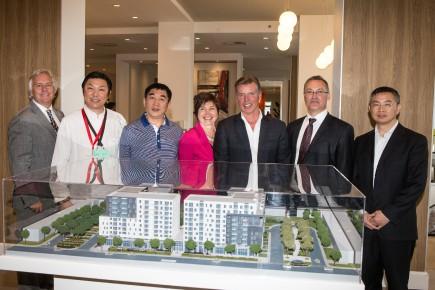 Le président de Réseau Sélection, Réal Bouclin (3<sup>e</sup> à partir de la droite), prévoit implanter des résidences pour personnes âgées en Chine d'ici deux à cinq ans. Une importante délégation chinoise, comprenant des hauts responsables du gouvernement, a visité hier deux propriétés du groupe à Montréal.