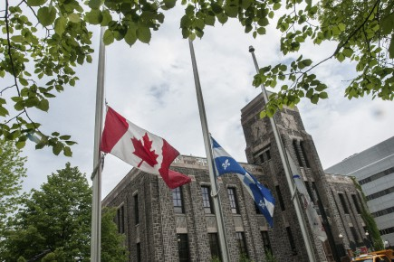 Les drapeaux devant l'hôtel de Saguenay ont été... (Photo Le Quotidien, Michel Tremblay)