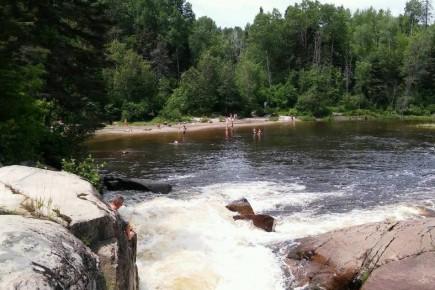 Les gens se baignent encore dans la rivière... (Photo le Quotidien, Roger Blackburn)