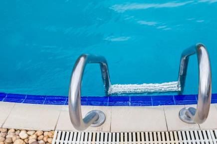 CHRONIQUE / Je fréquente beaucoup les piscines publiques extérieures cet été.... (123rf)