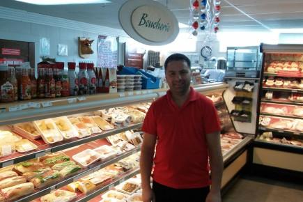 Dominique Gaudreault, le nouveau boucher de l'épicerie du... (Photo Le Quotidien, Roger Blackburn)