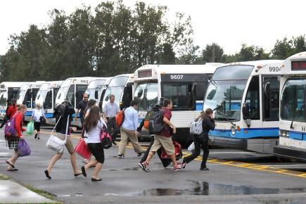 À la sortie des classes, de nombreux autobus... (Archives Le Quotidien, Rocket Lavoie)