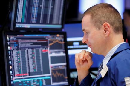 Désormais, Wall Street baisse encore un peu «comme les cours du pétrole continuent à décliner (...) et l'on continue à beaucoup s'attendre à une hausse des taux de la Réserve fédérale (Fed)», ont résumé dans une note les experts de la maison de courtage Charles Schwab.