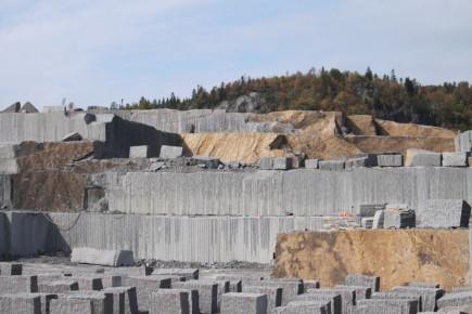 Polycor est propriétaire de plus de 35 carrières en Amérique du Nord et produit 1,5 million de pieds cubes de granite, de marbre et de calcaire.