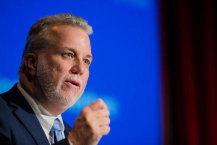 Le premier ministre Philippe Couillard s'est dit ouvert, avec prudence, à l'idée d'établir au Québec un revenu minimum garanti.