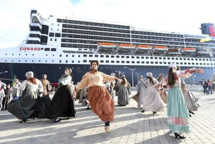 Les bénévoles de La Fabuleuse devant le Queen... (Photo Le Quotidien, Rocket Lavoie)