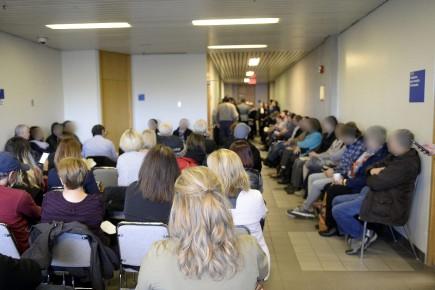 Cent cinquante candidats ont attendu patiemment toute la... (Photo Le Quotidien, Jeannot Lévesque)