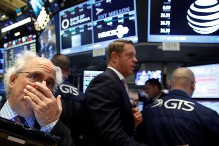 Les principaux indices ont baissé, «comme les investisseurs digéraient des résultats mitigés d'entreprises», ont résumé dans une note les experts de Wells Fargo.