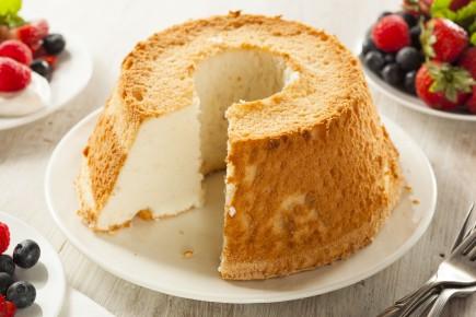 Un gâteau qui traverse le temps! Le gâteau des anges...Aérien, délicat,... (123rf)