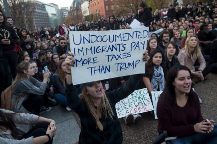 Des étudiants américains manifestaient contre l'élection du président... (Nicholas Kamm, Agence France-Presse)